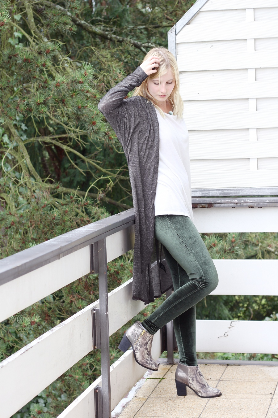 outfit-sneak-leather-boots-with-velvet-trousers