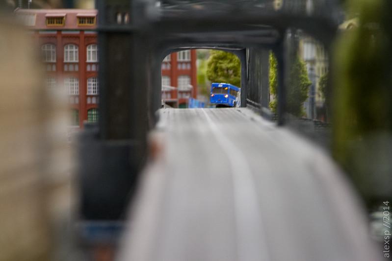 Уходящий с моста автобус