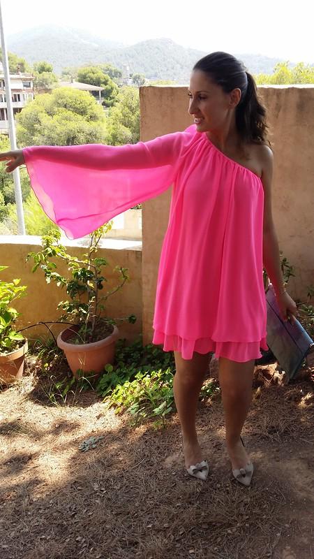 vestido de escote asimétrico rosa flúor, zapatos destalonados beige, clutch de pitón azul cielo, asymmetrical neckline fluorine pink dress, undercut beige shoes, blue sky python clutch, Poète, Uterqüe, Bimba & Lola