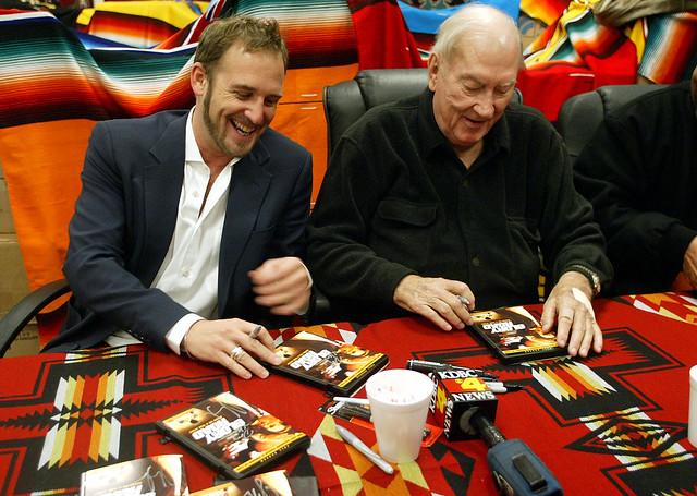 Джош Лукас и Дон Хаскинс с фанатами фильма 'Игра по чужим правилам'
