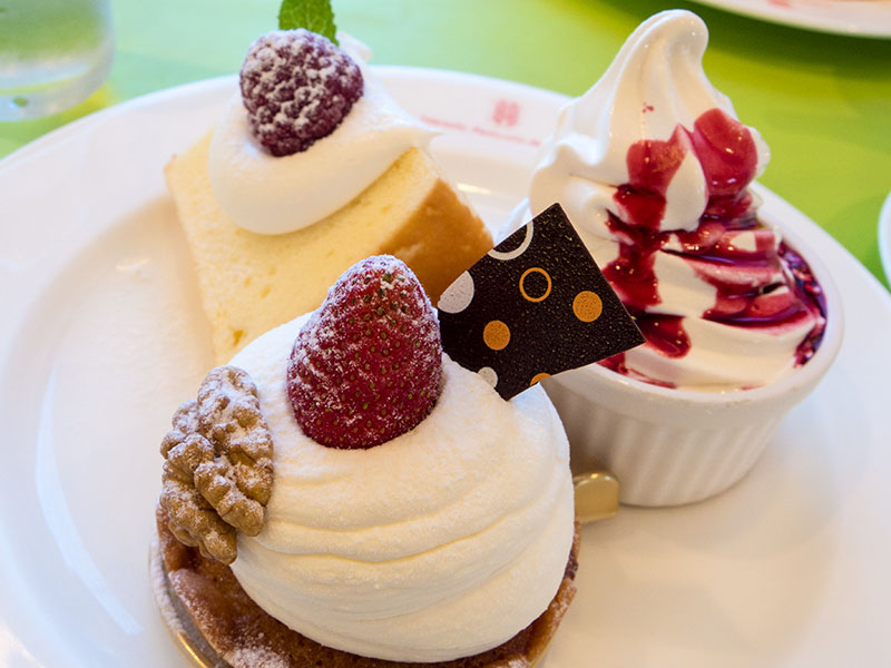 いちごと胡桃のタルトとシフォンケーキとソフトクリーム