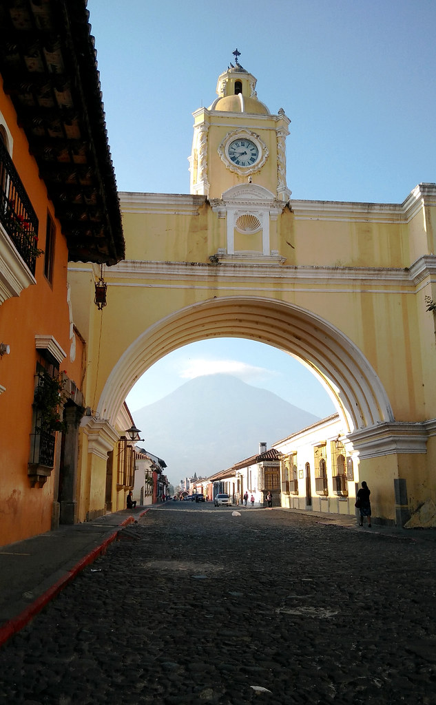 Arco de Antigua y volcán del Agua al fondo