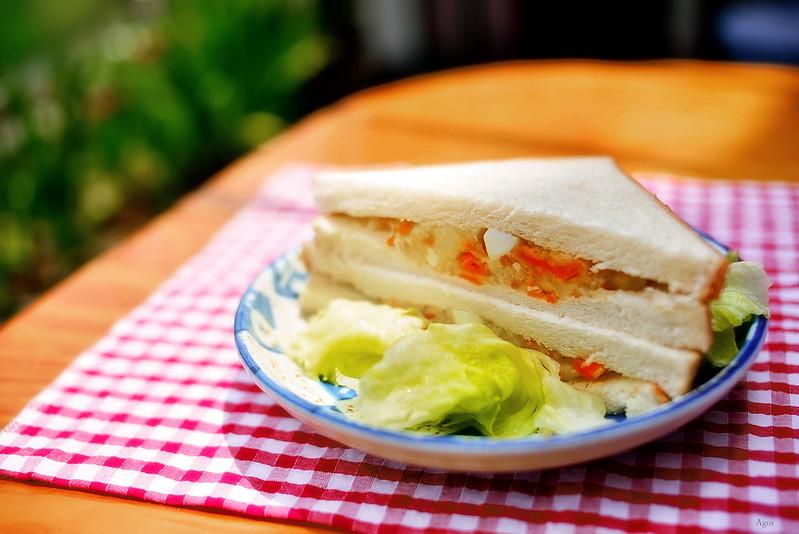 手作りポテトサラダのサンドイッチ、レタス添え。