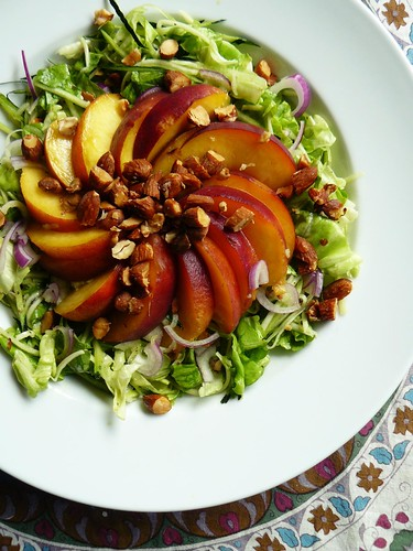 Salad with peaches and almonds