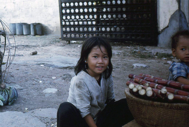 DA NANG 1962 - Kids at market area