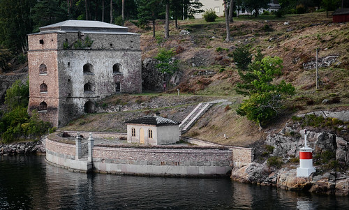 door trees houses windows roof lighthouse tower history sign stone wall architecture stairs reflections table landscape rocks exterior chairs sweden stockholm outdoor furniture stones steps historical ripples sverige fortress waterscape värmdö fästning plack corpsdegarde oxdjupet fredriksborgs strandfästningen