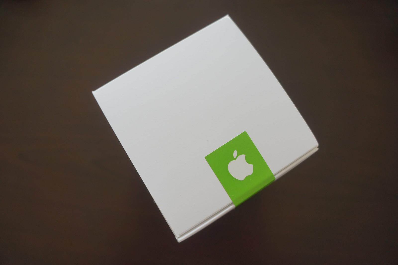 Apple Store表参道のオリジナルTシャツが入った白い箱