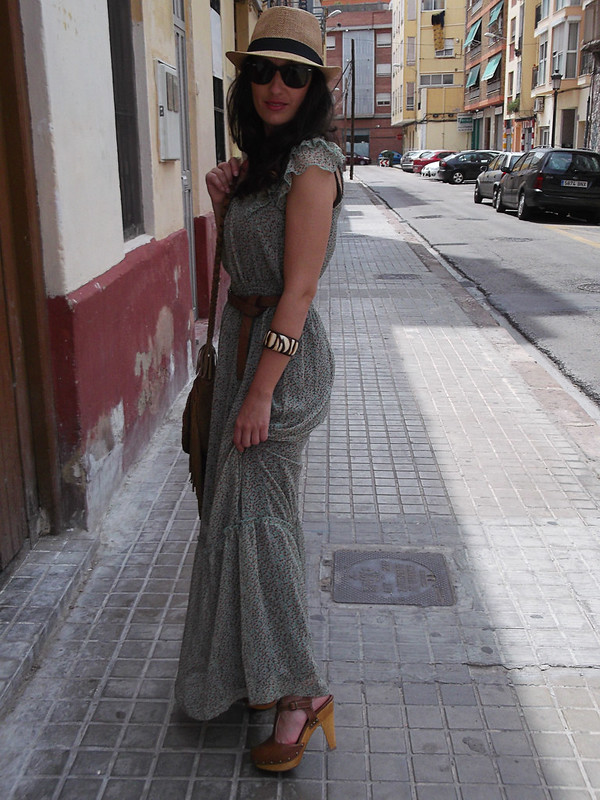 Bohemio, vestido largo verde menta, marrón, zuecos con tachuelas, bolso de piel marrón con flecos, sombrero panamá, bohemian, mint green maxi dress, brown, clogs with studs, brown fringed leather bag, panama hat, Pull & Bear, Stradivarius, Ray – Ban, Mulaya