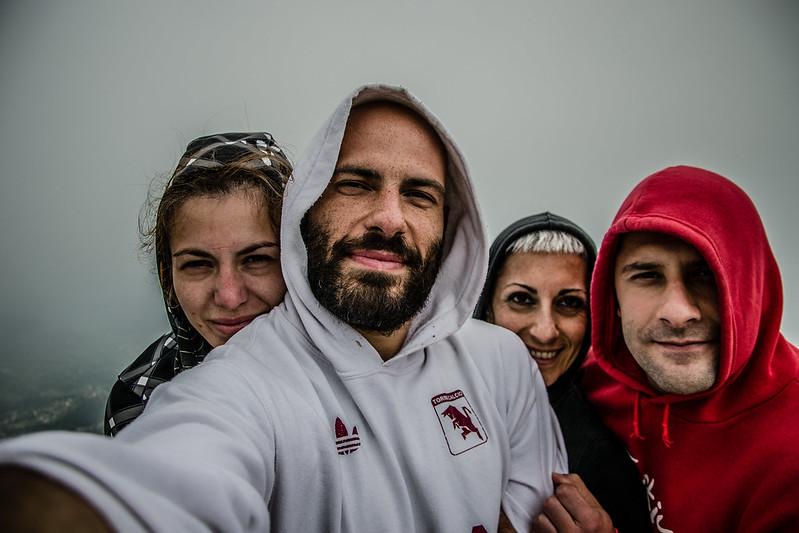 Selfie di gruppo a Rocca Sella, nuvole e freddo