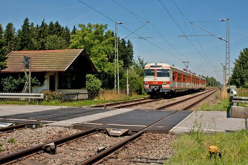 420 001 fährt am ehemaligen Bahnwärterhäuschen in Arget vorbei