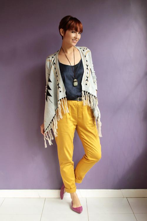 Look do dia: cardigan com franjas e calça amarela
