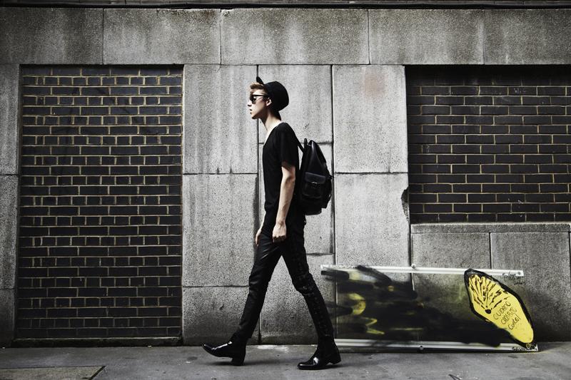 mikkoputtonen_fashionblogger_outfit_aldo_leatherpackback_isabelmarantpourHM_leatherpants_topman_hat_allblack_style_london_tigerofsweden_6_web