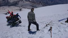 Trawers nad Skałami Pastuchova, około 5100m. Wynajęty przez Rosjan quad zapada się po osie w rozmiękłym śniegu.