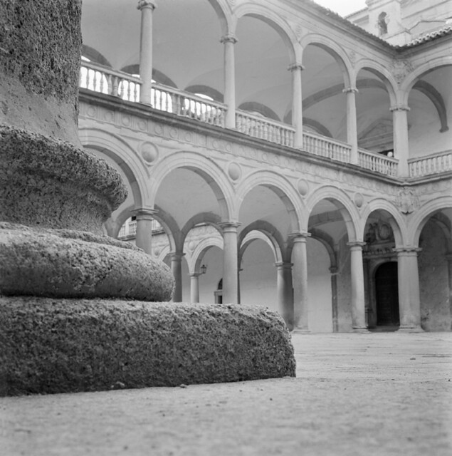 Patio del Hospital Tavera en los años 50. Fotografía de Francesc Catalá Roca © Arxiu Fotogràfic de l'Arxiu Històric del Col·legi d'Arquitectes de Catalunya. Signatura B_5712_469