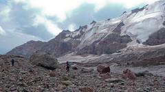 Kluczenie po morenie w drodze powrotnej ze szczytu Kazbek.