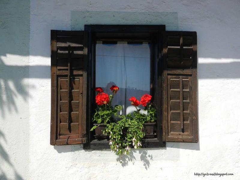 Каждое окно украшено цветами