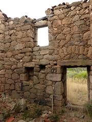2ème maison de Ghjuncaghjola : l'intérieur depuis la porte d'entrée avec l'entrée façade arrière