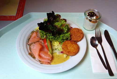 Frischer Sommersalat mit Räucherlachs & Rösti / Fresh summer salad with smoked salmon & roesti