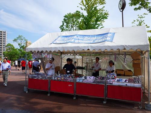 客隊的商品攤位就在球場入口處