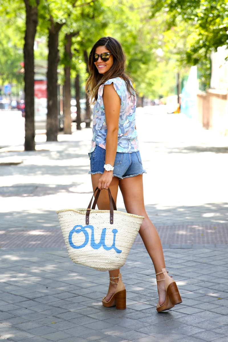 trendy_taste-look-outfit-street_style-oot-blog-blogger-fashion_spain-moda_españa-flower_print-estampado_flores-capazo-verano-summer-beach-playa-zara-denim_shorts-shorts_vaqueros-hype-10