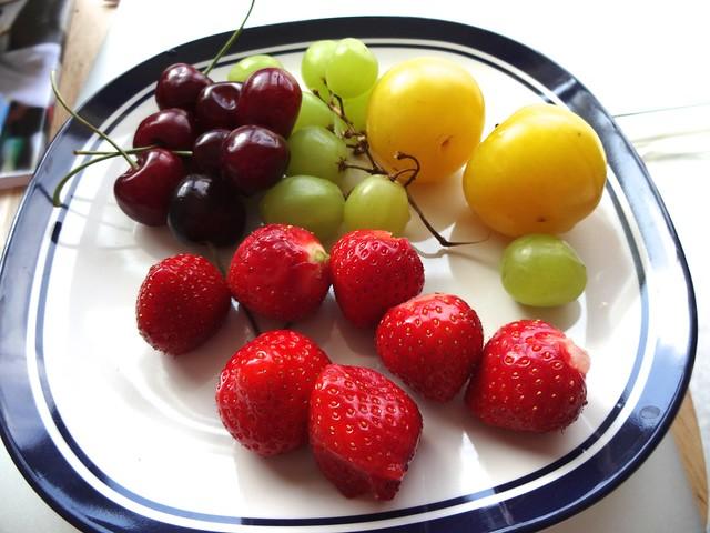 une assiette des fruits