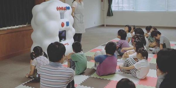 열댓명의 아이들이 교실 안에 모여있다. 다들 Hands On Search 기계 앞에 옹기종기 앉아있다.