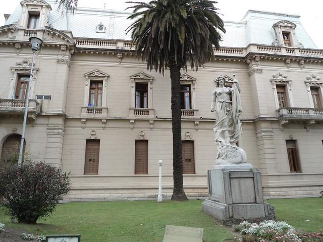Palacio de Gobierno con escultura de Lola Mora