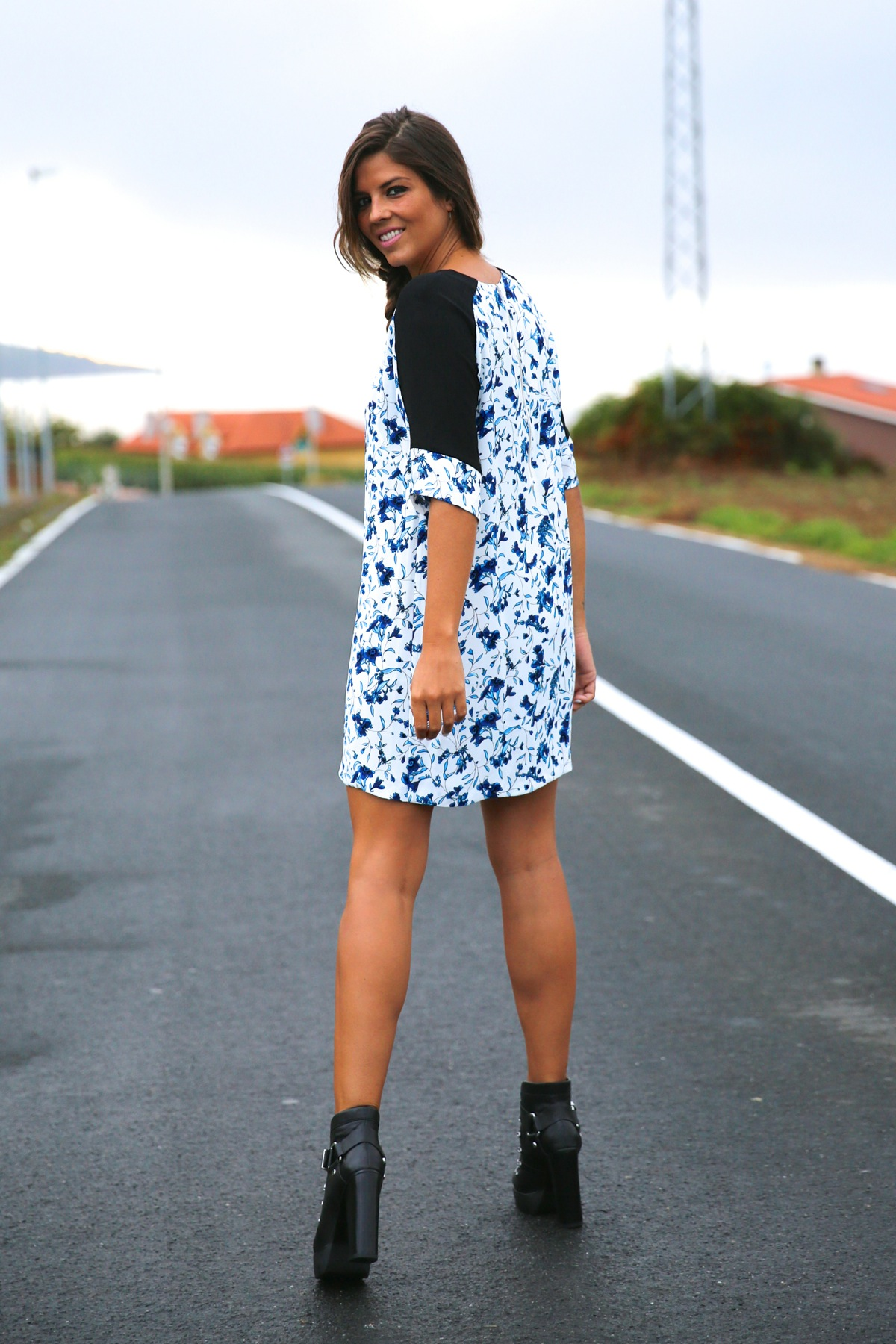 trendy_taste-look-outfit-street_style-ootd-blog-blogger-fashion_spain-moda_españa-combat_boots-botas_rock-parka-kimono-bolso_blanco-white_bag-galicia-vestido_flores-flower_print-dress-8
