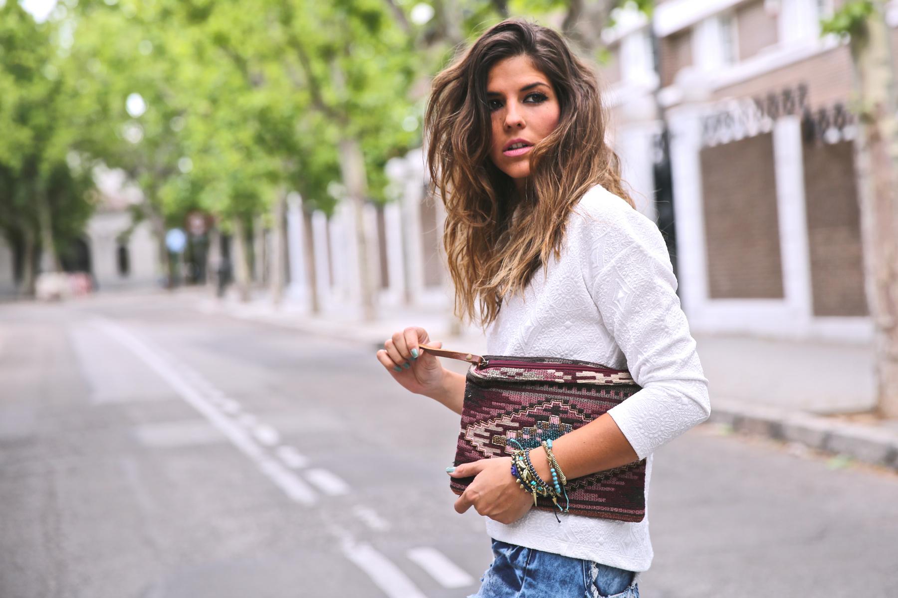 trendy_taste-look-outfit-street_style-ootd-blog-blogger-fashion_spain-moda_españa-denim_shorts-shorts_vaqueros-top_blanco-white_top-sandalias_cordones-ethnic_cluth-clutch_etnico-el_corte_ingles-6