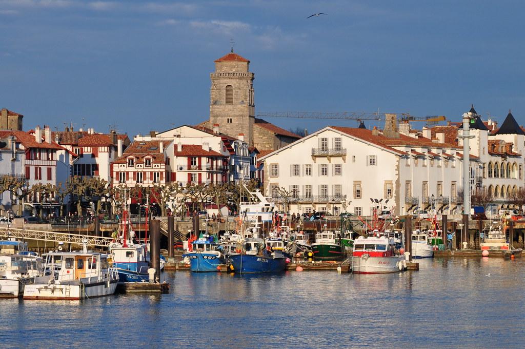 Le port, l'église Saint Jean-Baptiste (XVIe), la maison Lohobiague Enea (XVIIe), Saint Jean de Luz, Labourd, Pays basque, Pyrénées Atlantiques, Aquitaine, France.