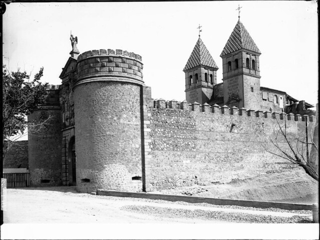 Puerta de Bisagra a comienzos del siglo XX. Fotografía de J. Lacoste © MECD, Fototeca del IPCE, signatura VN-22638_P