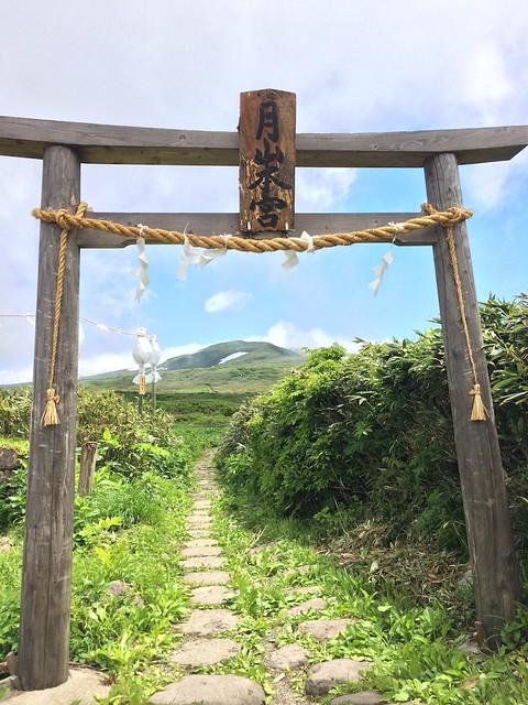 月山本宮(山頂)へ向かう鳥居から山頂を望む