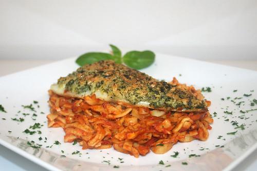 49 - Knusperfisch auf Tomatennudeln - Seitenansicht / Crispy fish on tomato noodles - Side view