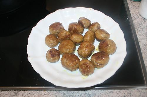 25 - Bällchen aus Pfanne entnehmen / Put meatballs aside