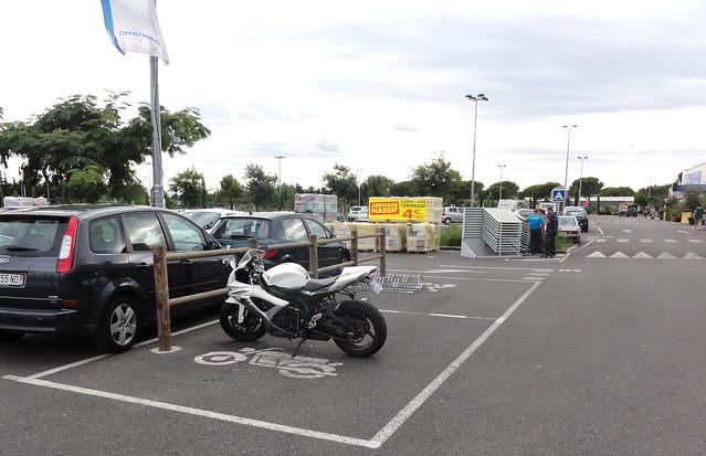 stationnement 2 roues motos v los castorama avignon fr84 flickr photo sharing. Black Bedroom Furniture Sets. Home Design Ideas