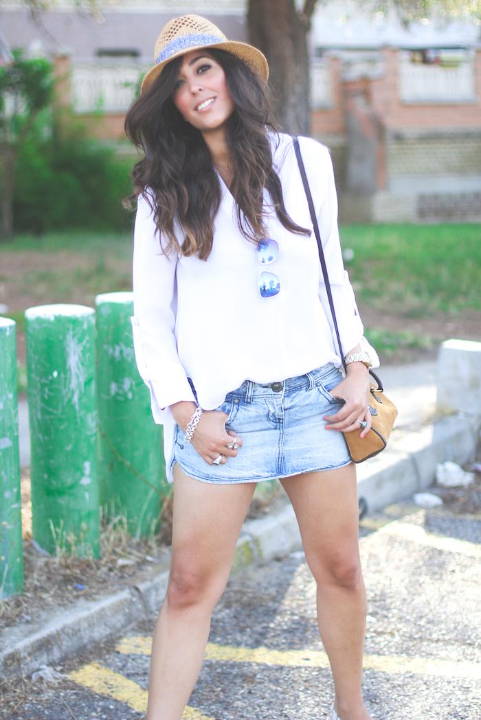 look del blog sentadaenprimerafila con camisa blanca y borsalino