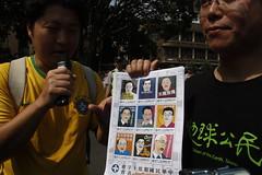 音地大帝帶中華民國假紅十字會愛心郵票,呼籲民間向高雄送暖。攝影:洪郁婷