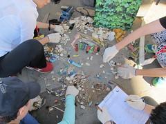 志工們在海廢中找尋特別的玩意兒當做交換禮物。攝影:郭政佑。