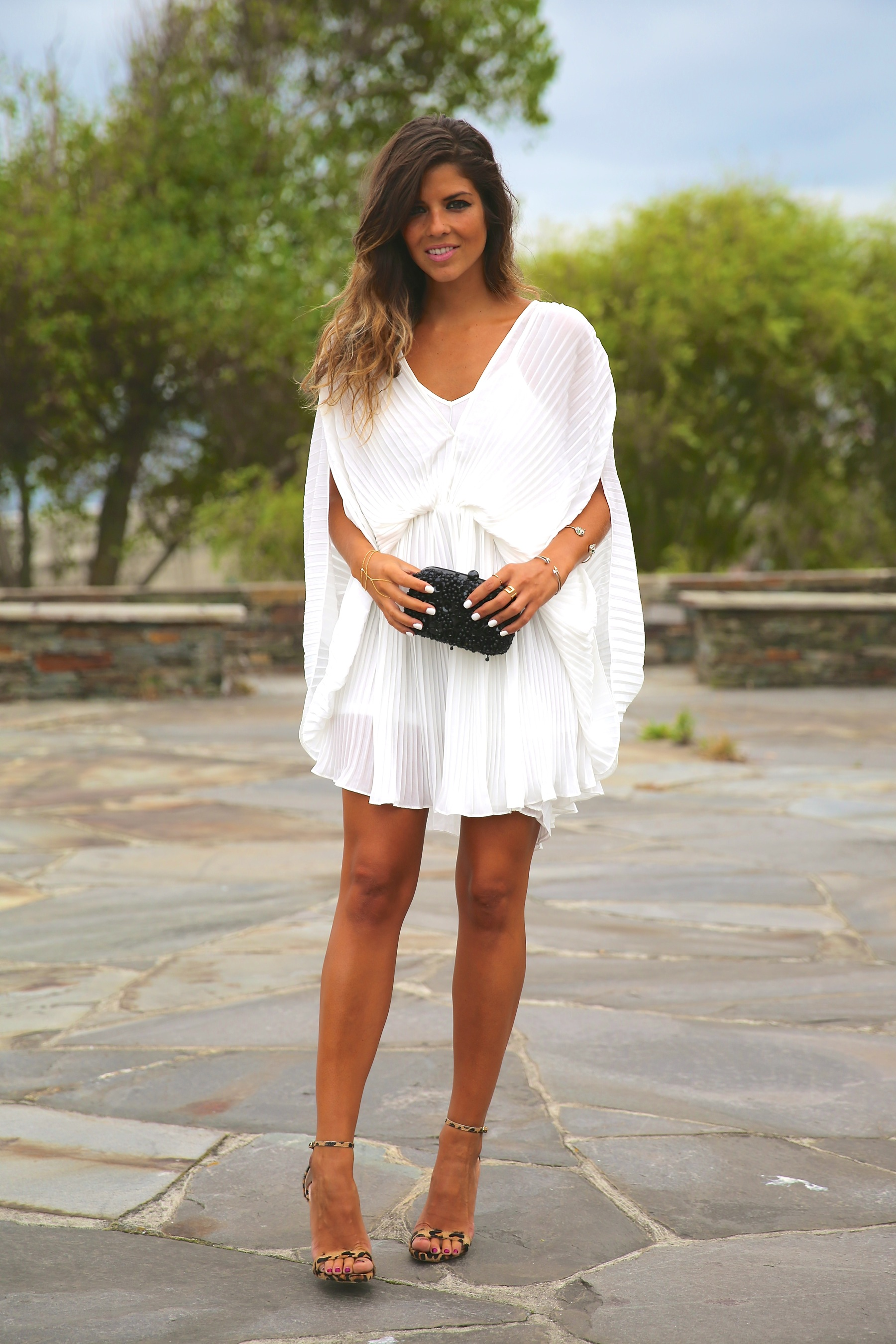 trendy_taste-look-outfit-street_style-fashion_spain-moda_españa-blog-blogger-vestido_blanco-white_dress-müic-jewels-joyas-leo_sandals-sandalias_leopardo-clutch_pedreria-18