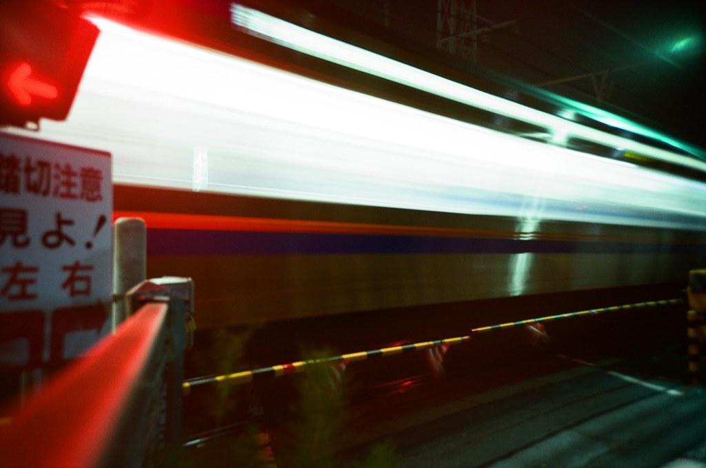 井尻 Fukuoka / Kodak Pro Ektar / Lomo LC-A+ 有一大段的時間就像這樣流逝掉了。  有一天突然不想要再寫明信片給妳了,雖然這句話我說了好多遍,但這次真的一點想提筆的動力都沒有。  想對自己好一點,把一些模糊的事情都擺在一邊吧!  Lomo LC-A+ Kodak Pro Ektar 100 4894-0034 2016-09-29 Photo by Toomore