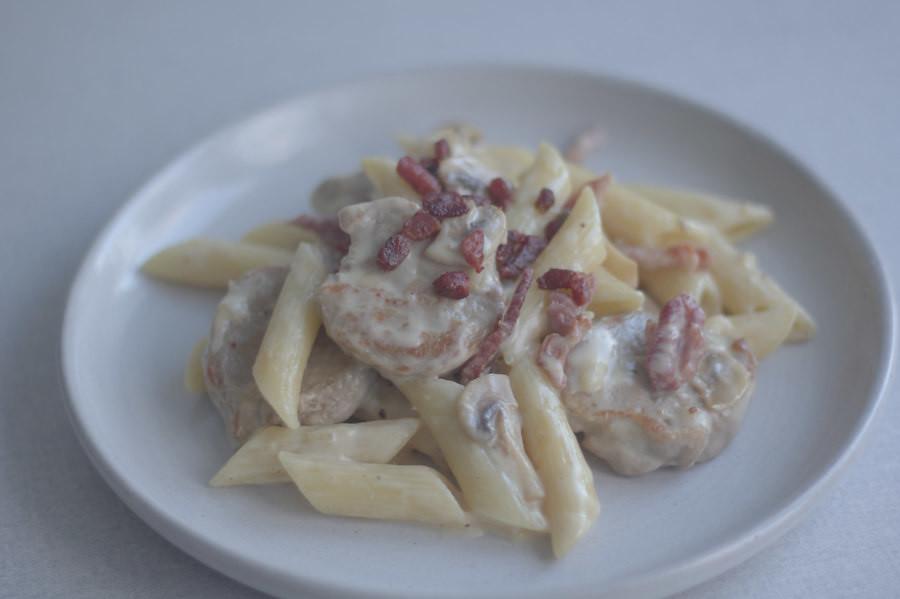 Pastaret med svinemørbrad og bacon i cremet hvidvinssauce (18)