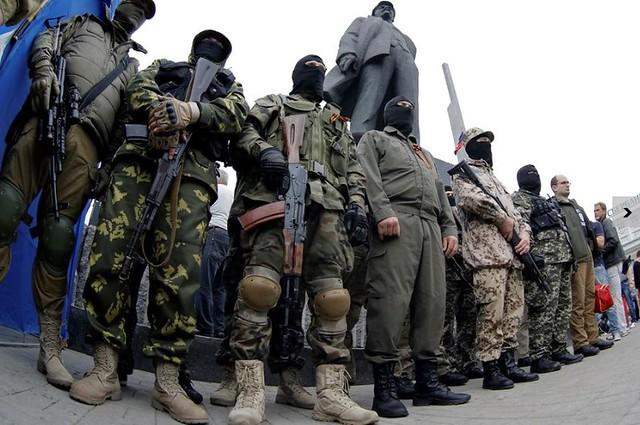 Foto: Dmitry Lovetsky/AP - Separatistas pró-Rússia em Donetsk, no leste da Ucrânia, onde o conflito continuou apesar do plano proposto por Kiev.