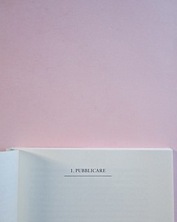 Come finisce il libro, di Alessandro Gazoia (Jumpinschark). minimum fax 2014. Progetto grafico di Riccardo Falcinelli. Indicazione del titolo del capitolo, in alto, maiuscole, sottolineate da un filetto, precedute dal numero, centrate: a pag. 43 (part.),