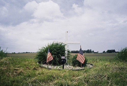 film analog 35mm spring memorial cross kodak iso400 may americanflag iowa roadsidememorial xa olympusxa 2014 kodakgold400 traer colornegativefilm ppavenue ushighway63