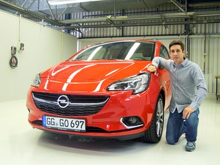 Sascha Staudinger, Entwicklungsingenieur Lenkung, mit dem neuen Corsa