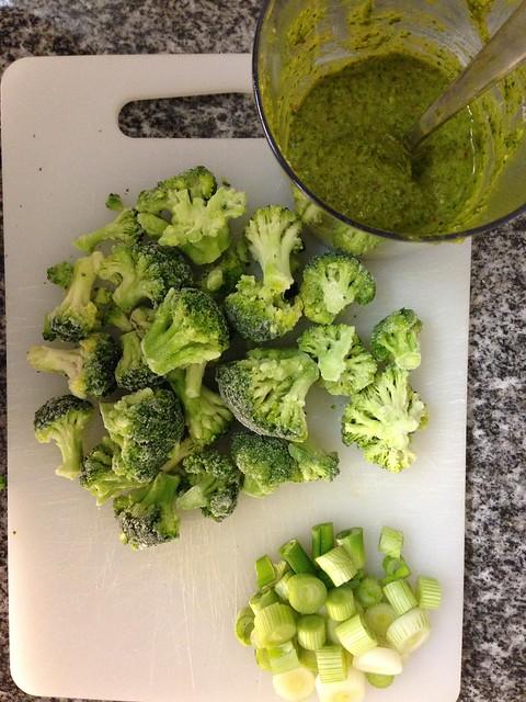 Zucchini-Nudeln mit Pesto, Broccoli und Speck