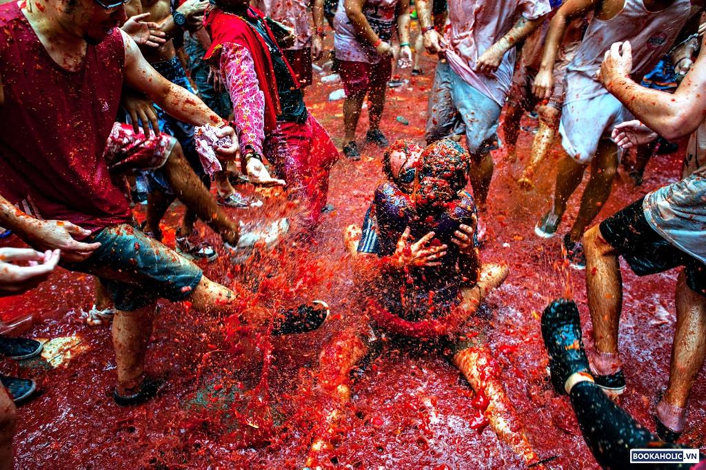 The World's Biggest Tomato Fight At Tomatina Festival 2013...BUN