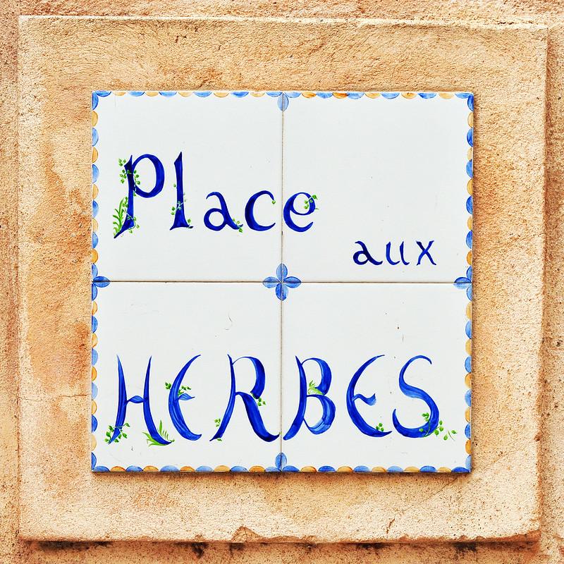 Place aux Herbes Kachel Schild Straßenschild Hinweisschild Marktplatz Kräuterplatz Provence Frankreich Foto Brigitte Stolle