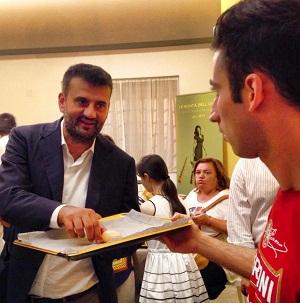 Noicattaro. Giuseppe Nacci mentre offre qualcosa al sindaco di Bari Decaro