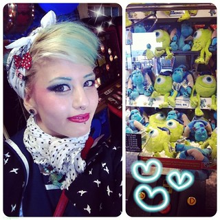 """I'm in an arcade""-selfie + monsters inc catcher!! I suck at catchers so I didn't play it U__U;;"